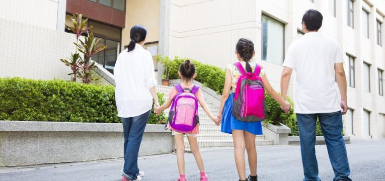 pais vao com os filhos a escola