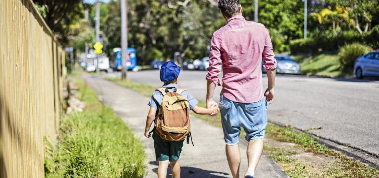 formas de aproveitar melhor o tempo com os filhos e pai vai buscar o filho a escola