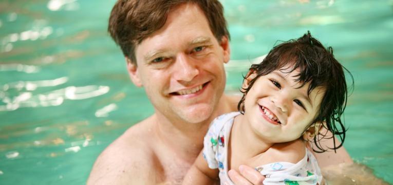 pai e crianca na piscina