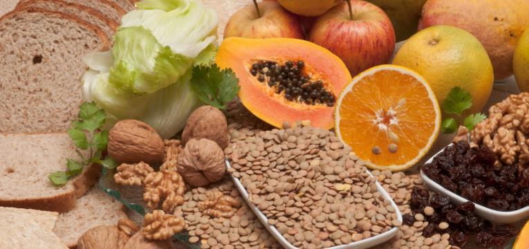consumir alimentos ricos em fibra