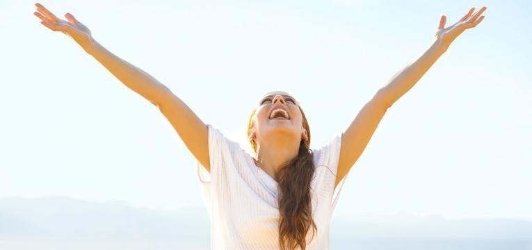 mulher feliz consigo mesma