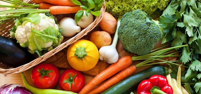 vegetais e frutos crus e alimentos de dificil digestao