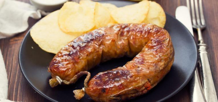 Alheira grelhada com batatas fritas