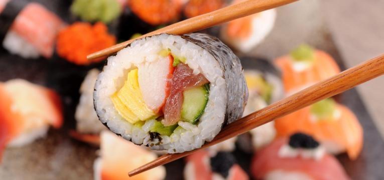 sushi e pauzinhos