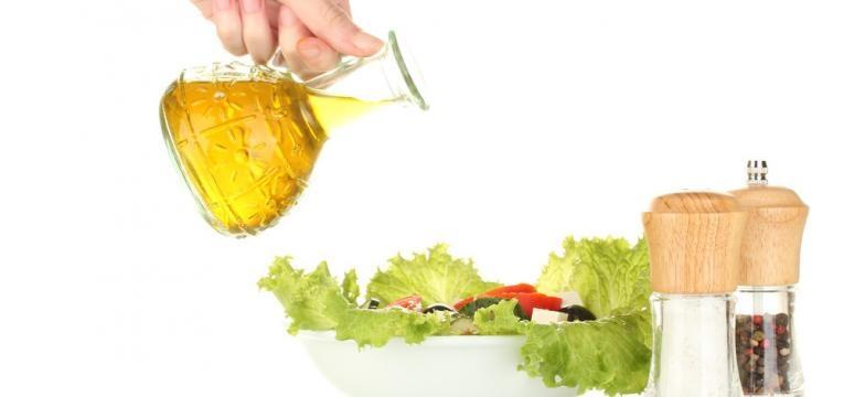 temperar salada com azeite e pimentas