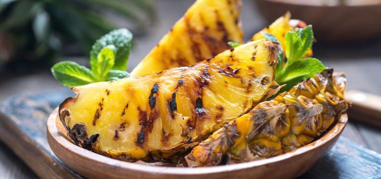 fruta a sobremesa e churrasco saudavel