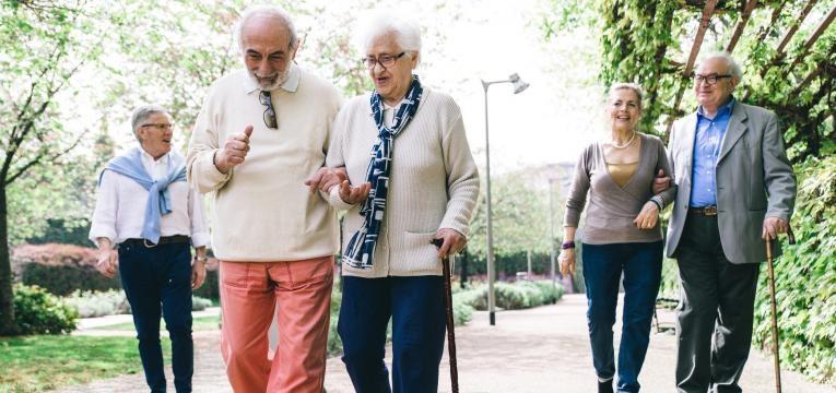 idosos a passear