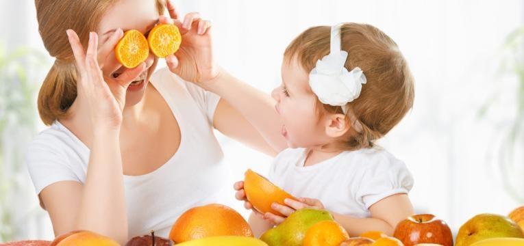 fazer com que as criancas gostem de frutas e legumes e mae a brincar com bebe