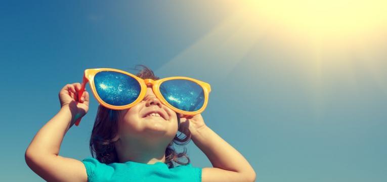 crianca a apanhar sol