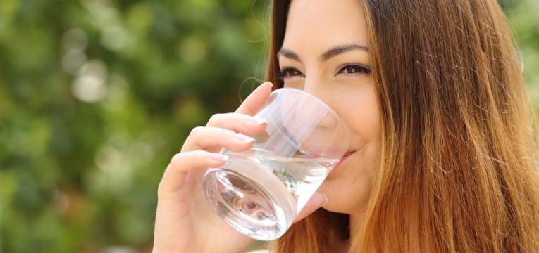 beber agua varias vezes