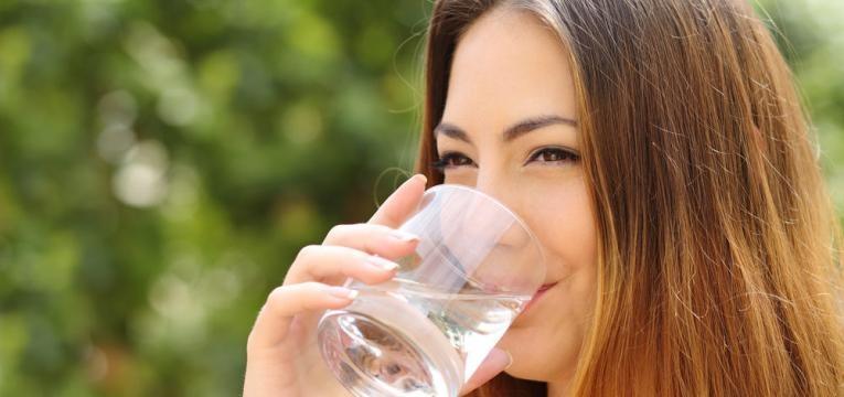 Mudancas simples que podem melhorar a sua alimentacao mulher a beber agua