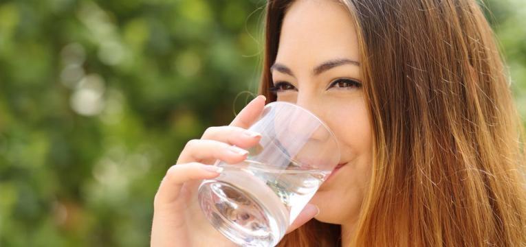 mulher a beber agua fresca