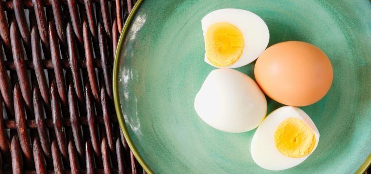 ovos no prato verde