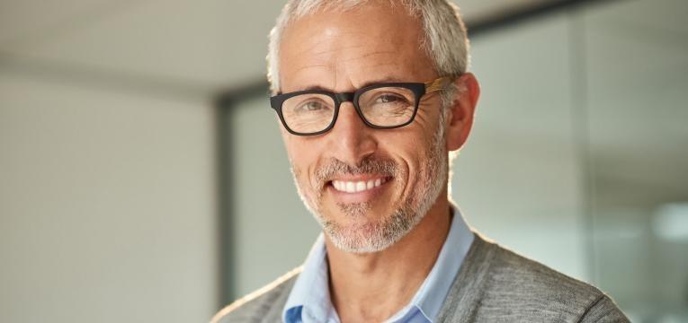 Homem sorridente com oculos