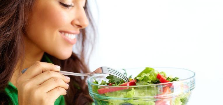 mulher com uma taca de salada