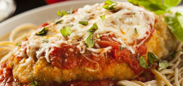 Frango a parmegiana panado com molho de tomate e parmesao