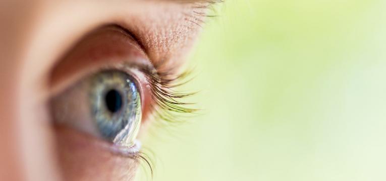 olhos com estrabismo