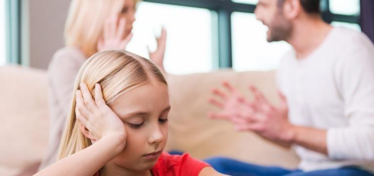 pais a discutir em frente a filha