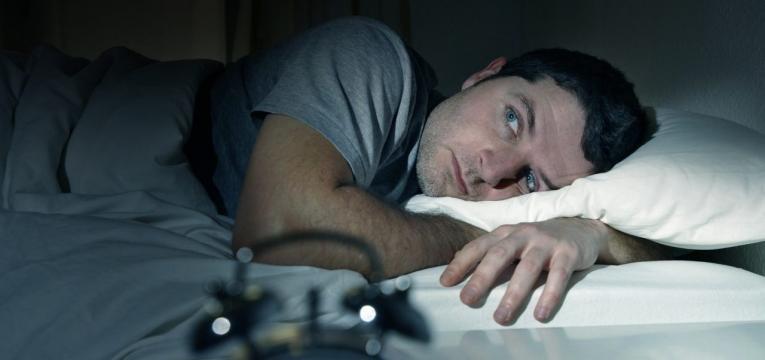 homem com dificuldade em dormir