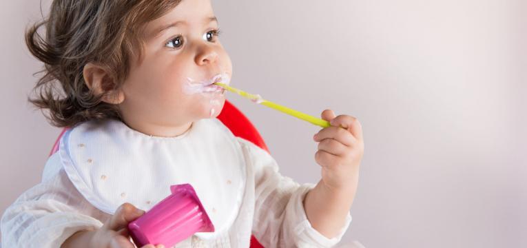 crianças e iogurte e mitos sobre alimentação infantil