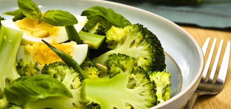 brócolos com ovo em sinergia alimentar