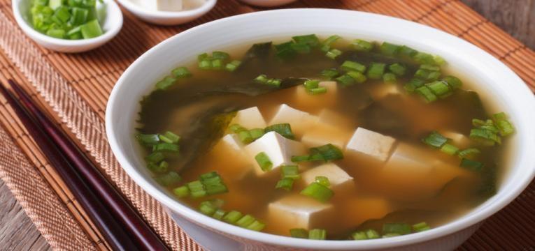 Sopa de miso com mais ingredientes