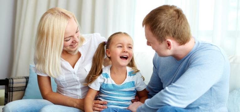 pais a conversarem com filha