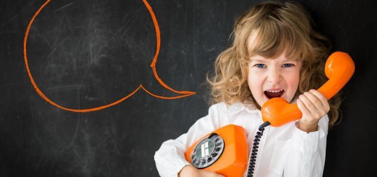 crianca ao telefone
