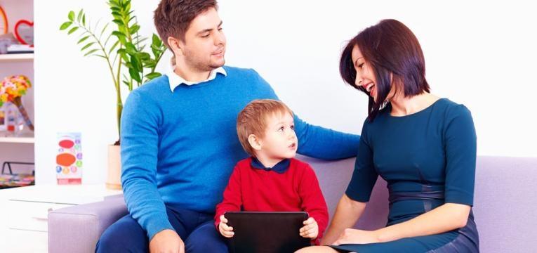 pais e filho a conversarem