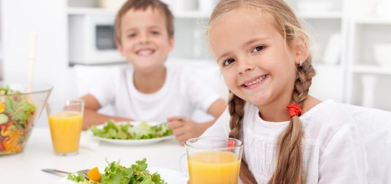 criancas com alimentacao saudavel