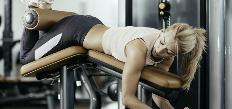 mulher a treinar pernas