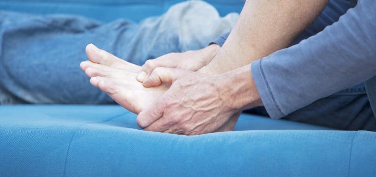 lesões nos pés e pés inchados