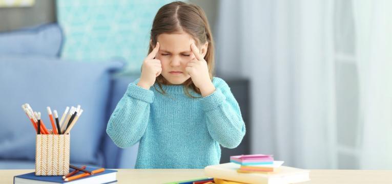 crianca com dores de cabeca