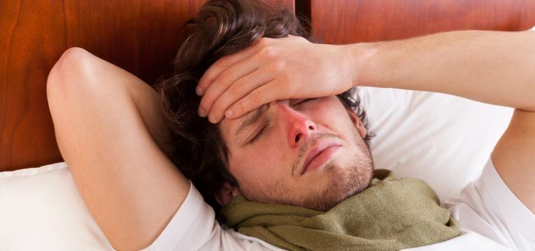 rapaz doente com dores de cabeca