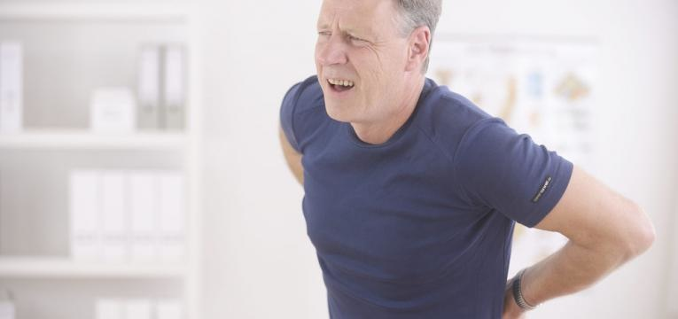 homem com dor na coluna