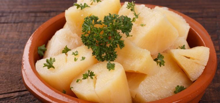 Mandioca cozida na manteiga