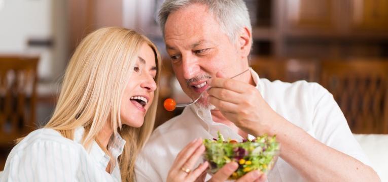 casal a partilhar a refeicao