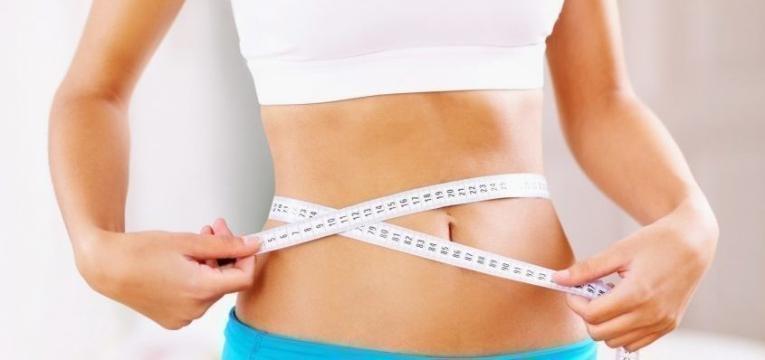 mulher a controlar a perda de peso
