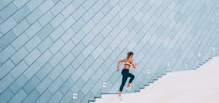 mulher a correr em escadas