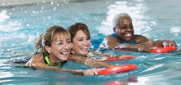 hidroterapia e mulher sorridentes na piscina