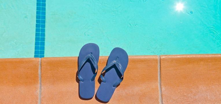 uso de chinelos na piscina