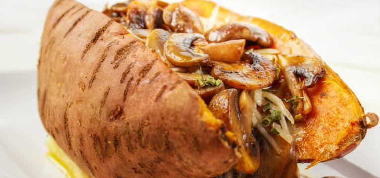 batata-doce recheada com cogumelos e ricotta