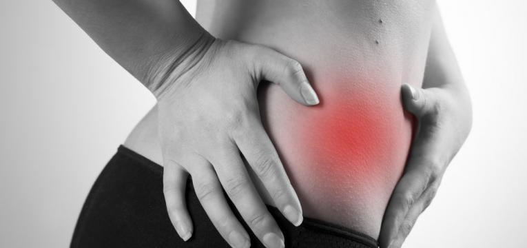 mulher com forte dor de apendicite