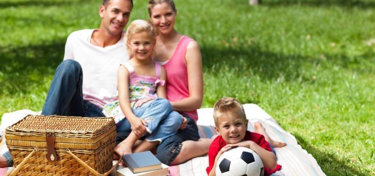 pais e filhos em piquenic