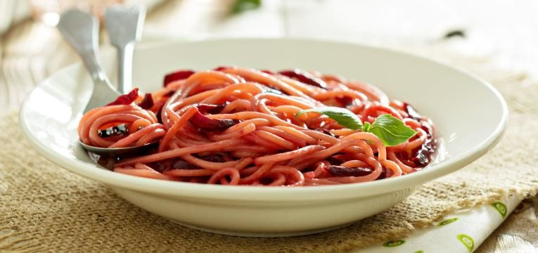 Esparguete de beterraba com molho de tomates