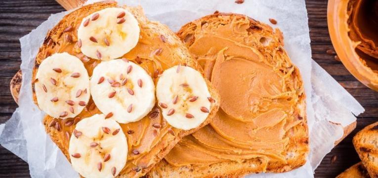 Pão torrado com manteiga de amendoim e banana