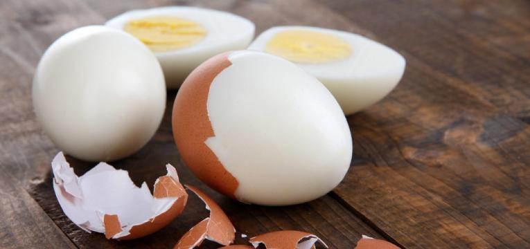 alimentos que saciam e ovo cozido descascado