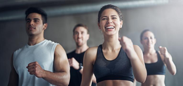 grupo de amigos a fazer exercicio fisico perder massa gorda