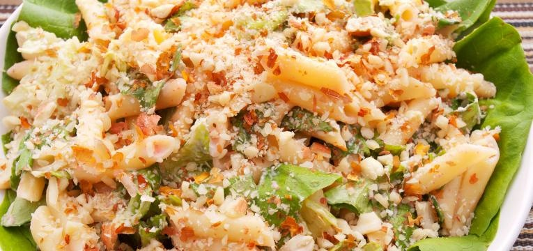 Salada de penne com peru e nozes pecan