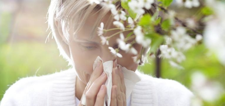 mulher com rinite alergica